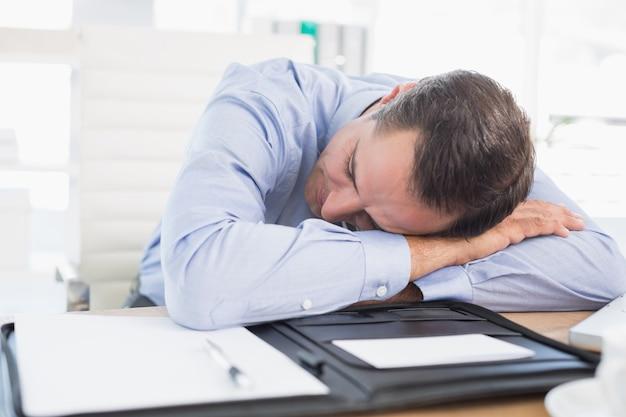 Uomo d'affari addormentato nel suo ufficio