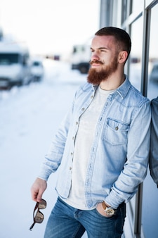 Uomo d'affari adulto automobilistico barba schienale