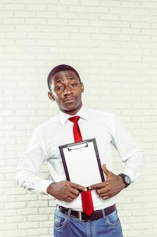 Uomo d'affari africano con una lavagna per appunti