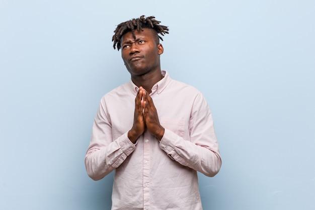 Uomo d'affari africano giovane nero che compongono il piano in mente, creando un'idea.