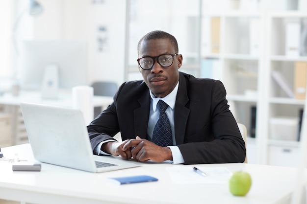 Uomo d'affari africano in ufficio