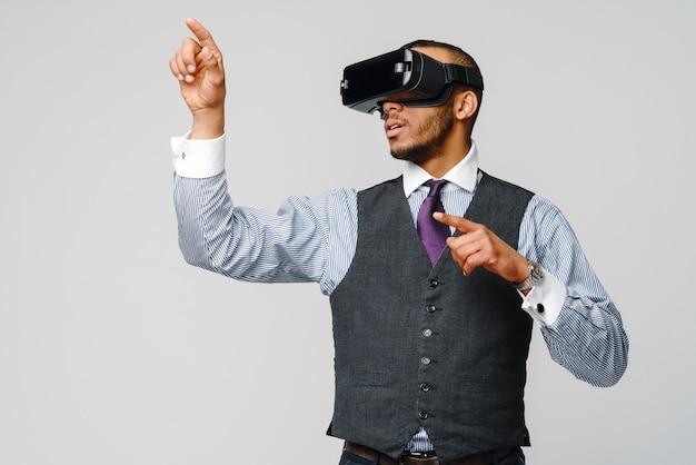 Uomo d'affari afro-americano utilizzando un auricolare vr di realtà virtuale.