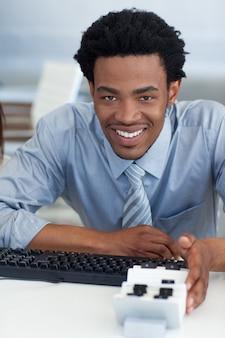 Uomo d'affari afroamericano che consulta il suo titolare del biglietto da visita