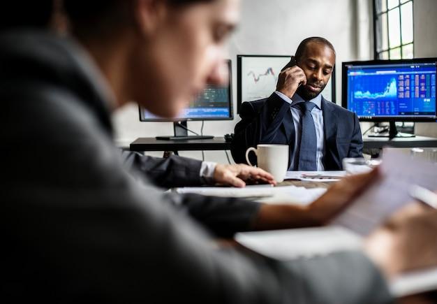 Uomo d'affari afroamericano che fa una chiamata in una riunione d'affari
