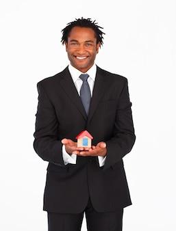 Uomo d'affari afroamericano che presenta soluzione abitativa