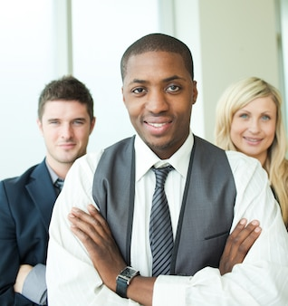 Uomo d'affari afroamericano con i suoi colleghi che sorridono alla macchina fotografica