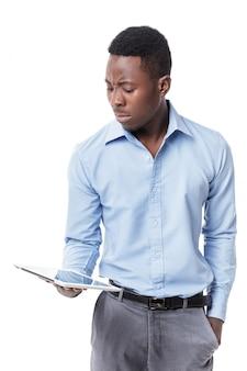 Uomo d'affari afroamericano con la compressa digitale