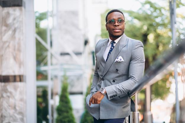Uomo d'affari afroamericano in strada