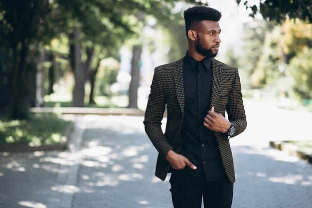 Uomo d'affari afroamericano in tuta fuori in strada