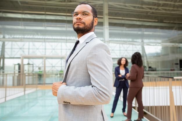 Uomo d'affari afroamericano sicuro