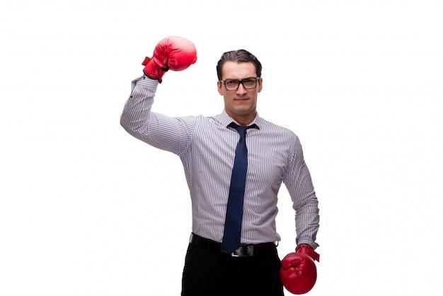 Uomo d'affari aggressivo con i guantoni da pugile isolati su bianco