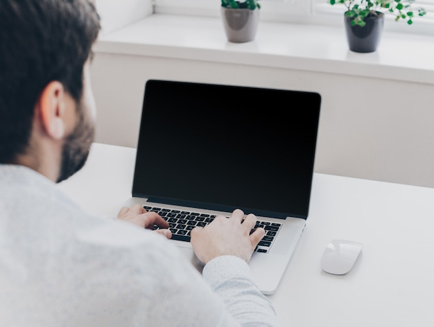 Uomo d'affari al lavoro. vista superiore del primo piano dell'uomo che lavora al computer portatile