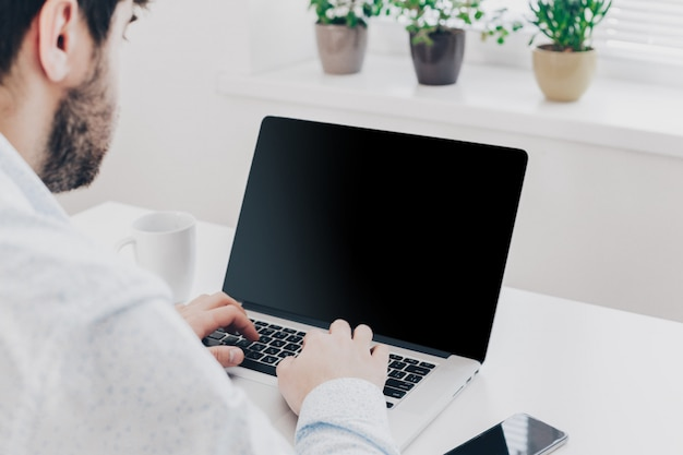 Uomo d'affari al lavoro, vista superiore del primo piano dell'uomo che lavora al computer portatile