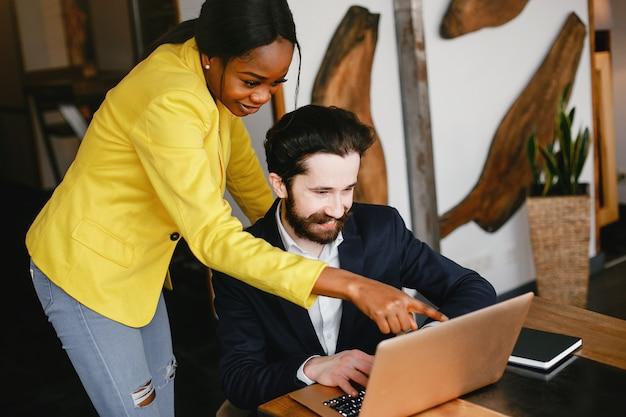 Uomo d'affari alla moda che lavora in un ufficio con il partner