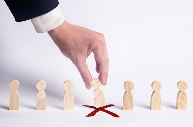 Uomo d'affari alla ricerca di nuovi dipendenti e specialisti