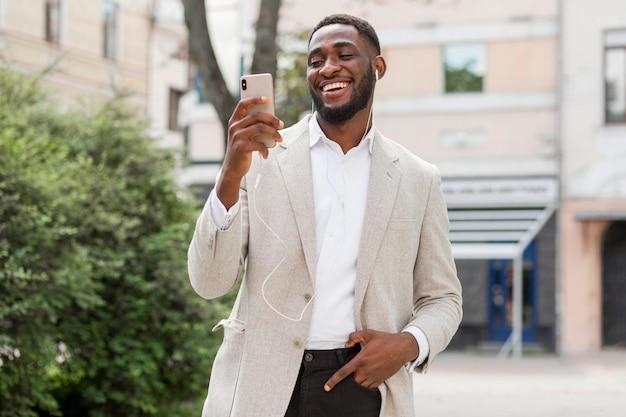 Uomo d'affari alla ricerca su smartphone
