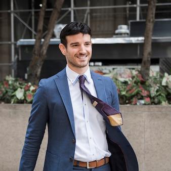 Uomo d'affari allegro con cravatta d'ondeggiamento