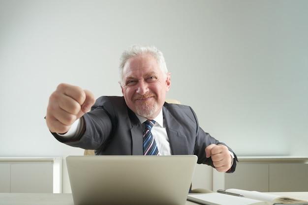 Uomo d'affari allegro triumphing