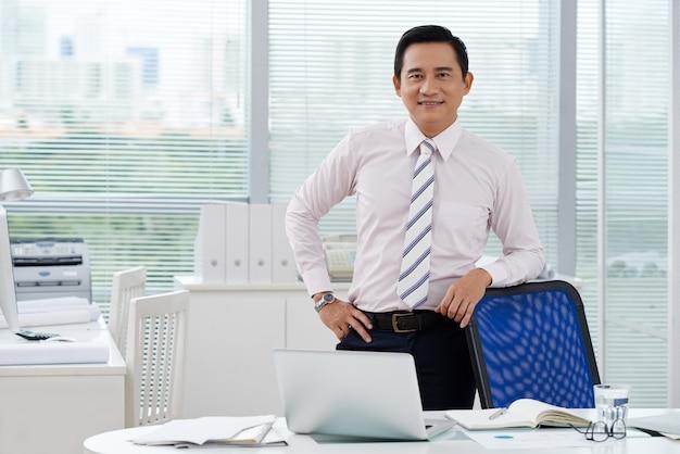 Uomo d'affari allegro