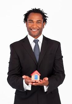 Uomo d'affari amichevole che mostra le costruzioni della casa