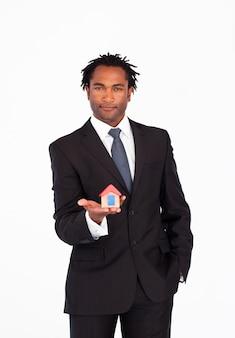 Uomo d'affari amichevole che tiene una casa