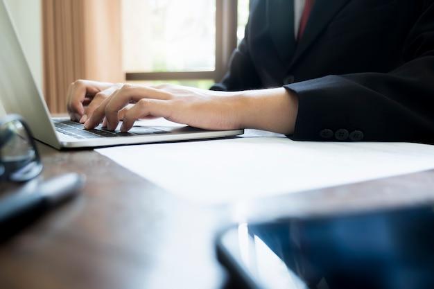 Uomo d'affari analizza i dati di marketing degli investimenti.