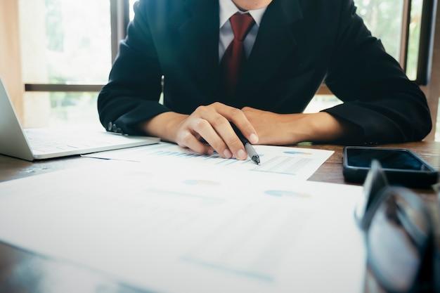 Uomo d'affari analizza i dati di marketing degli investimenti