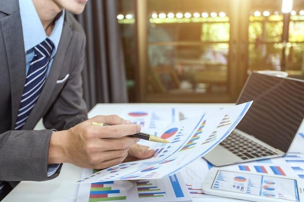 Uomo d'affari analizzando i grafici di investimento.