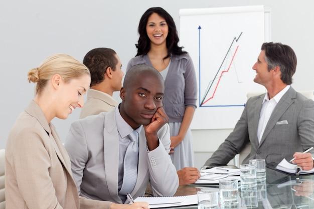 Uomo d'affari annoiato in una riunione