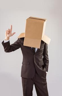 Uomo d'affari anonimo che indica in su con la barretta