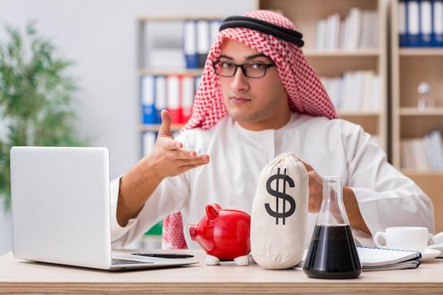 Uomo d'affari arabo che lavora nell'ufficio