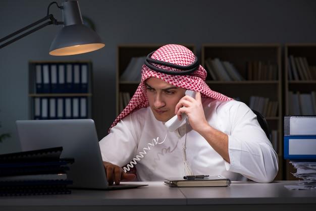 Uomo d'affari arabo che lavora tardi nell'ufficio