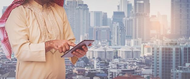 Uomo d'affari arabo che utilizza su un telefono cellulare