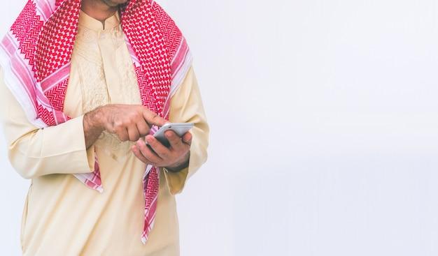 Uomo d'affari arabo usando su un telefono cellulare