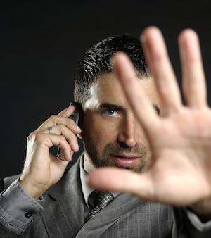 Uomo d'affari arrabbiato che dice fermata, mano