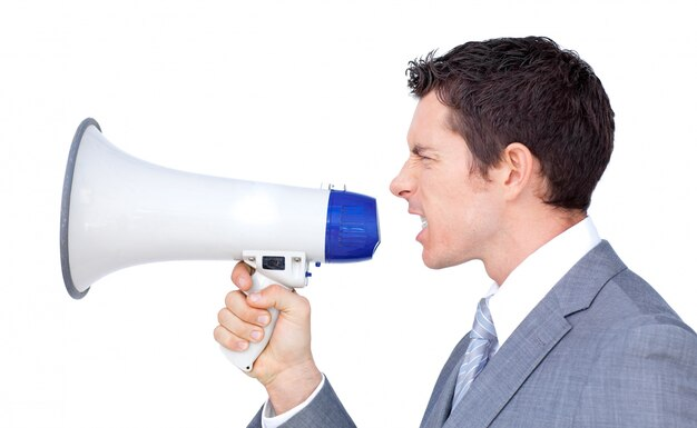 Uomo d'affari arrabbiato che urla tramite un megafono