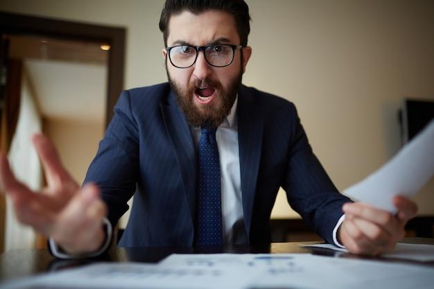 Uomo d'affari arrabbiato con gli occhiali