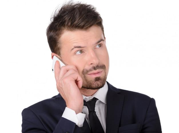 Uomo d'affari arrabbiato con il telefono cellulare.