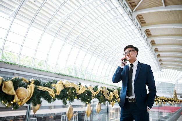Uomo d'affari asiatico al telefono