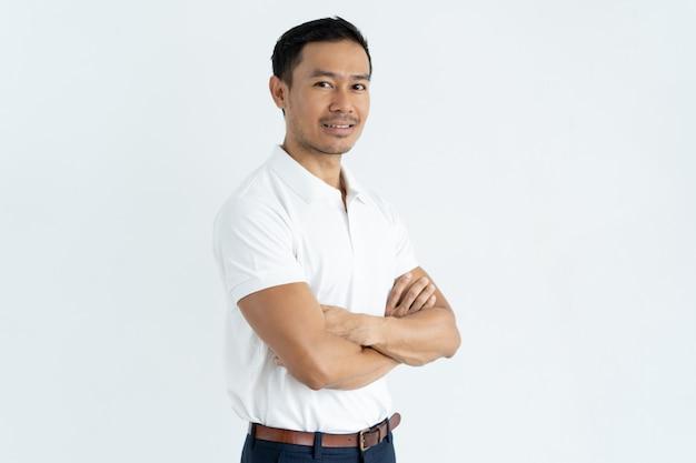 Uomo d'affari asiatico bello sicuro contenuto che esamina macchina fotografica
