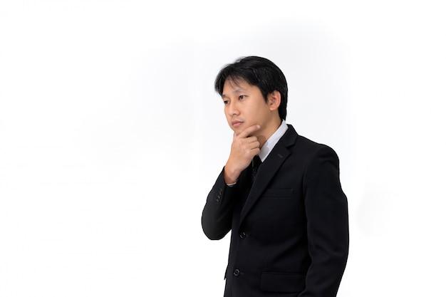 Uomo d'affari asiatico che sembra premuroso per trovare alcune idee creative su fondo bianco