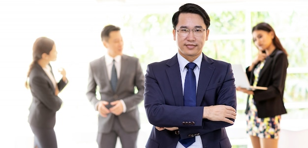 Uomo d'affari asiatico con business team