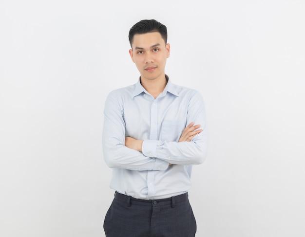 Uomo d'affari asiatico con le braccia incrociate isolato su sfondo bianco