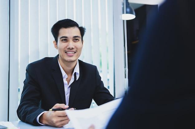 Uomo d'affari asiatico discutendo documenti e idee alla riunione
