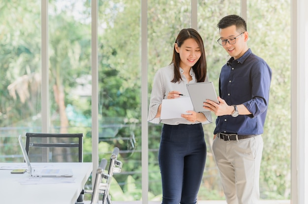 Uomo d'affari asiatico e donna che discutono il nuovo progetto di affari
