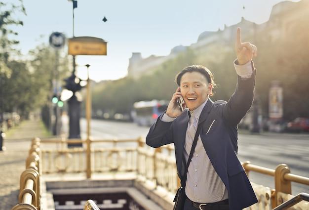 Uomo d'affari asiatico in città