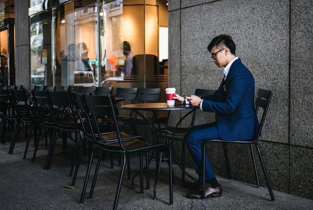 Uomo d'affari asiatico in un caffè