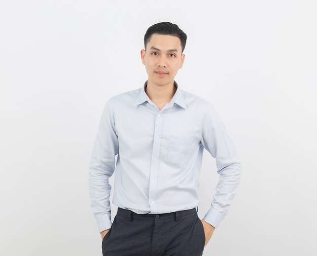 Uomo d'affari asiatico isolato su sfondo bianco