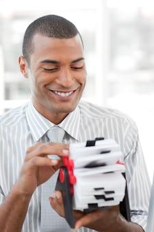 Uomo d'affari attraente che consulta un titolare del biglietto da visita