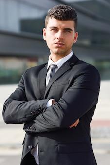 Uomo d'affari attraente con le braccia incrociate